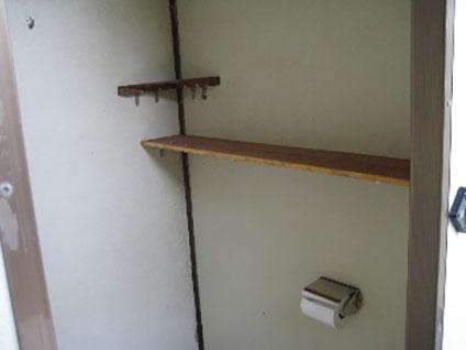 馬込霊園内のトイレに小物置きを設置(馬込町)
